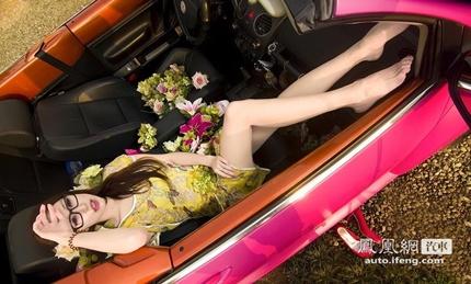 Kiều nữ 'xinh như mộng' khoe sắc bên xế hộp
