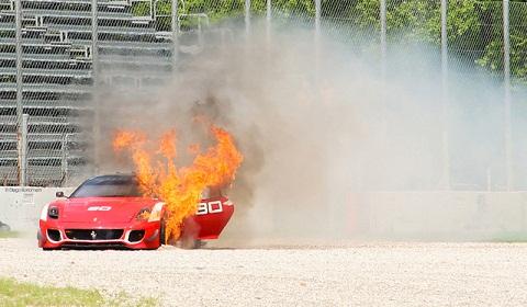 Chiếc Ferrari 599XX Evolution đầu tiên bốc cháy