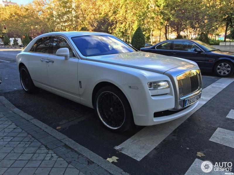 """Cristiano Ronaldo  tậu """"bạch mã"""" Rolls-Royce Ghost mới"""
