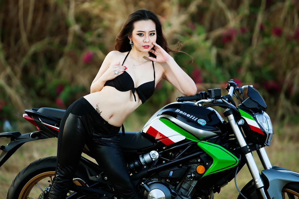Hotgirl Thư Đình nóng bỏng bên BN302 Italia