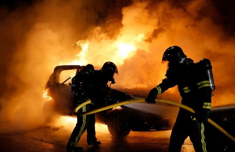 Người dân Pháp đốt gần 1.000 ô tô đón giao thừa năm 2017