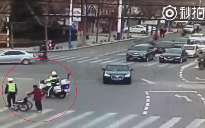 Chiến sĩ cảnh sát giao thông và hành động khiến dân mạng cảm phục