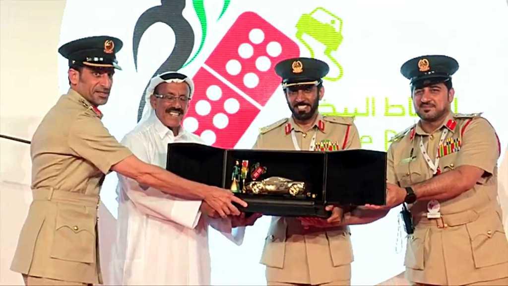Cảnh sát Dubai gây sốc khi trao xe bằng vàng cho giải lái xe an toàn