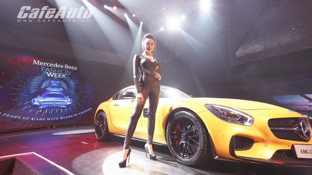 """Bóng hồng """"thiêu đốt"""" sàn catwalk Mercedes-Benz Fashion Week 2015"""