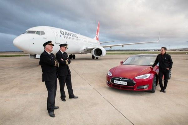 """Video siêu xe Lamborghini """"đầu hàng"""" xe khách vượt tốc độ trên đường cao tốc"""