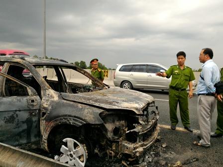 Chevrolet Captiva cháy rụi trên cao tốc
