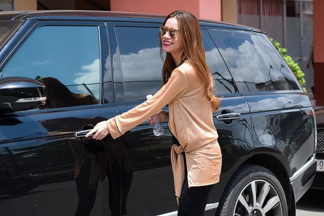 """Những sao nữ sở hữu xế """"khủng"""" của Showbiz Việt"""