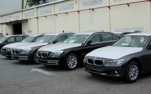 Hàng trăm xe BMW nằm chờ nửa năm tại cảng Việt Nam
