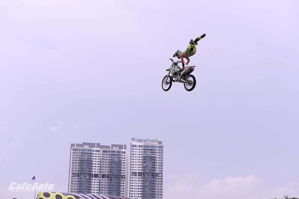 Thót tim với màn trình diễn mô tô bay tại Việt Nam