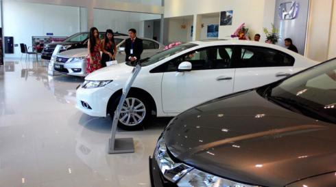 Giá ô tô giảm sâu, vì sao người tiêu dùng vẫn không mặn mà?