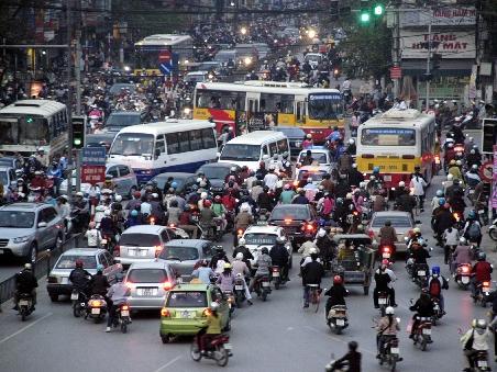 Giữ khoảng cách an toàn khi lưu thông trên đường đông
