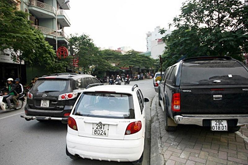 Đỗ xe nửa trên vỉa hè, nửa dưới lòng đường bị phạt thế nào?