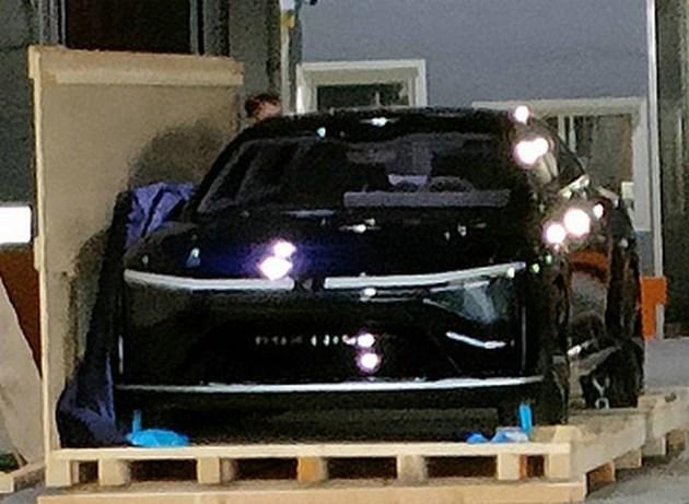 Ông vua ngành điện tử Foxconn lộ diện xe điện đầu tiên, ngoại hình sang chảnh không kém Tesla