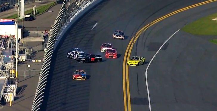 Khởi đầu đau thương của Daytona 500 NASCAR 2013