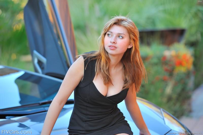 Mia vs Lamborghini LP700-4 Aventador: Người đẹp và xe ai