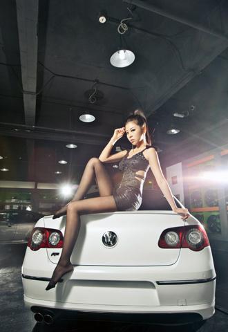 Người đẹp lả lơi bên Volkswagen Magotan