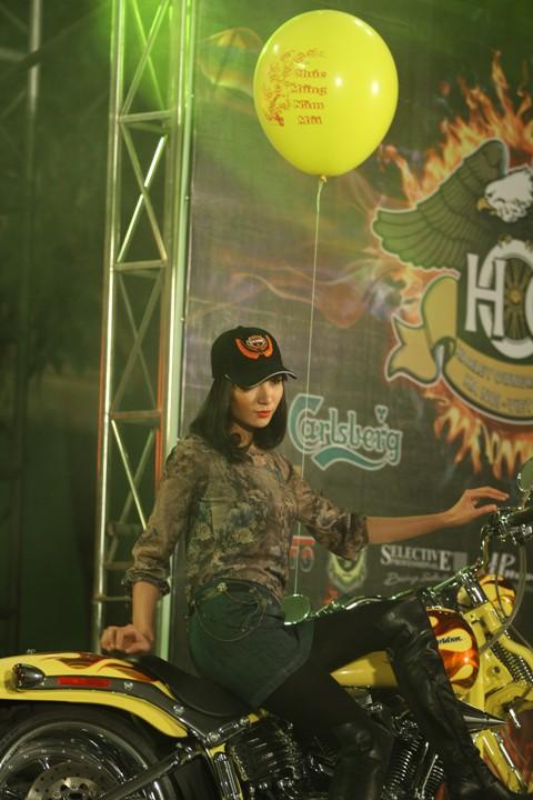Thời trang ấn tượng bên xe Harley Davidson
