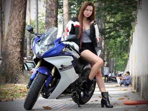 Người mẫu bên Honda CBR600F