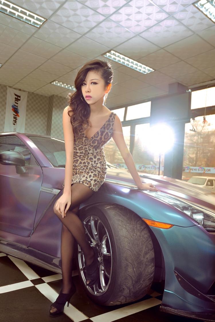 Cô nàng da báo đọ dáng cùng Nissan GT-R