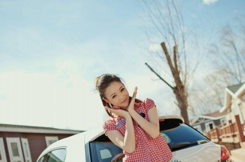 Thiếu nữ xinh tươi bên Volkswagen