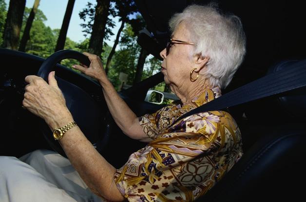 Phụ nữ lớn tuổi và những người dưới 20 tuổi thường xuyên gặp lỗi nhầm chân gas.