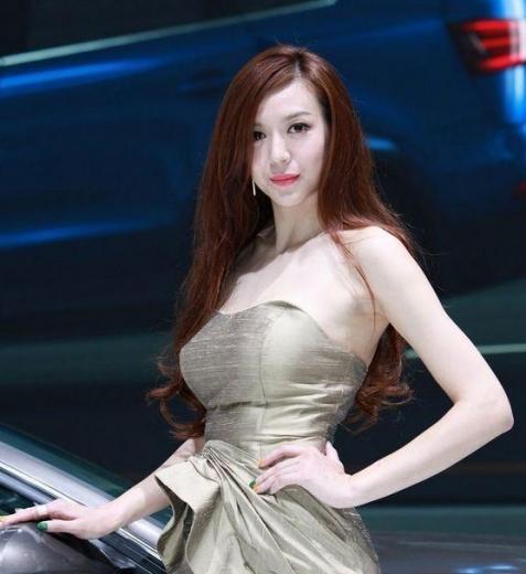 Ngắm nữ hoàng sexy Zhou Weitong 'đọ dáng' bên Audi