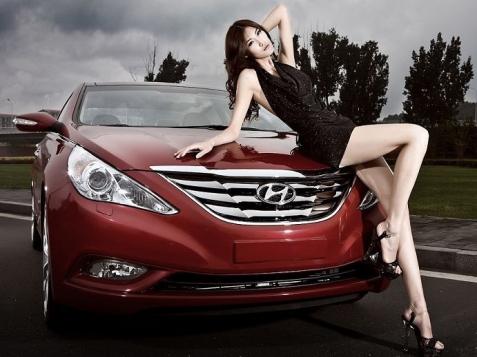 Kiều nữ khoe dáng bên xe Hyundai Sonata