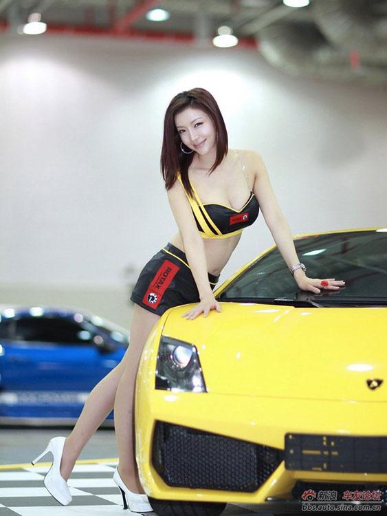 Chân dài 'náo động' đường đua CJ Tving Super Race 2012