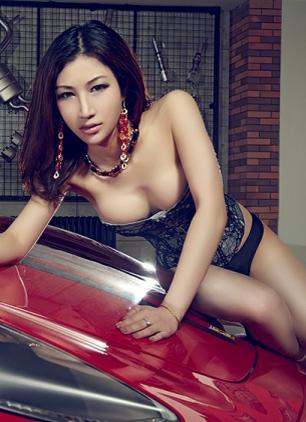 """Người đẹp 'khoe thân' bên """"ngựa chiến"""" Ferrari"""