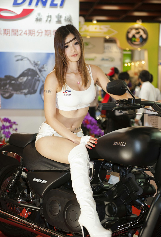 Kiều nữ Đài Loan đọ dáng bên mô tô