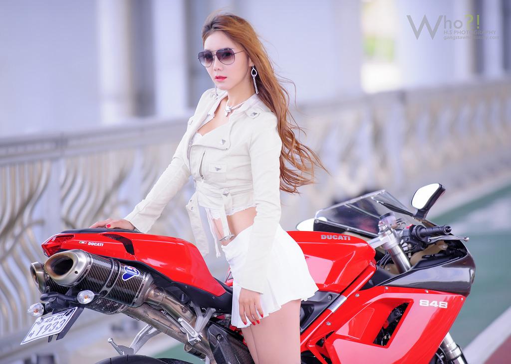 Người đẹp đọ dáng cùng mãnh thú Ducati
