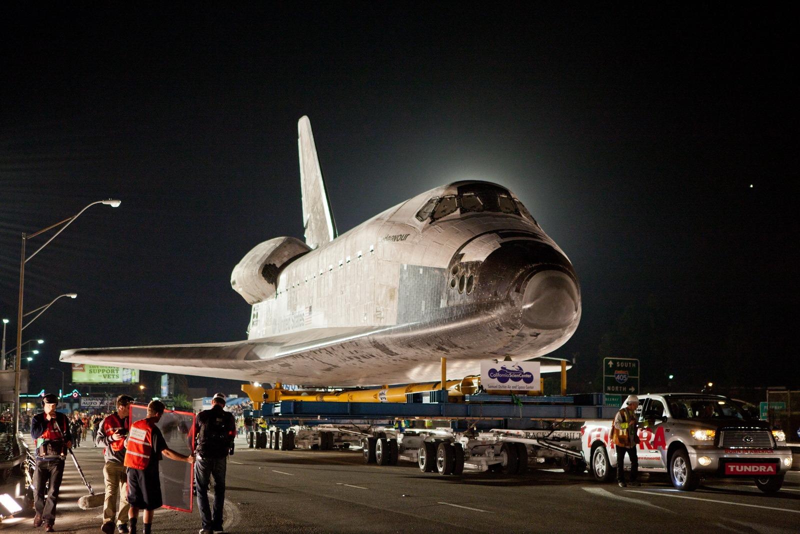 Toyota Tundra kéo tàu vũ trụ nặng 145 tấn