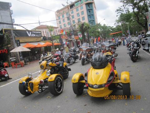Hàng trăm môtô diễu hành lễ hội Hoa Phượng đỏ