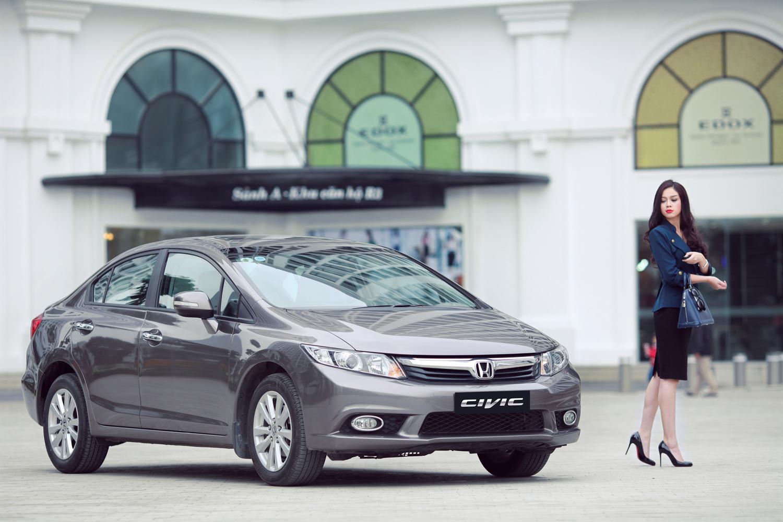 Hoa khôi Trương Tùng Lan thanh lịch bên Honda Civic