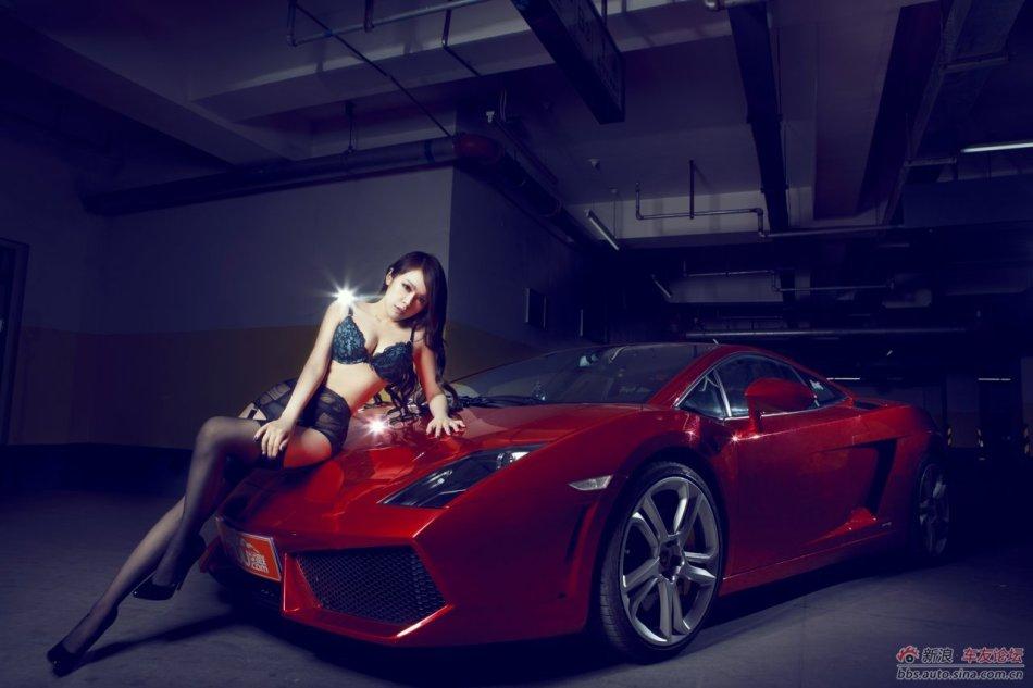 Gái hư khiêu khích bên Lamborghini Gallardo