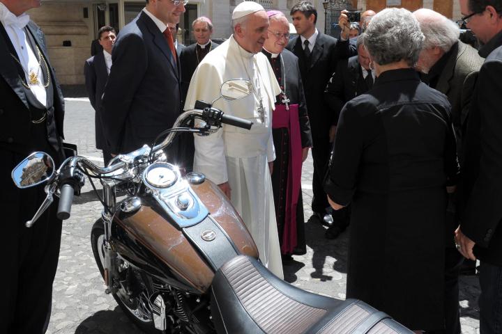 Giáo hoàng Francis đấu giá từ thiện chiếc Harley-Davidson được tặng