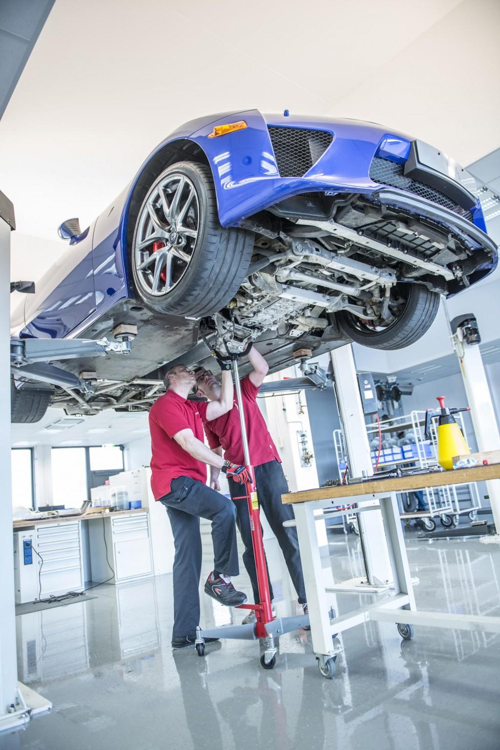 Cận cảnh quá trình bảo dưỡng siêu xe Lexus LFA