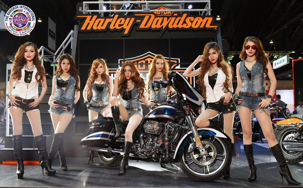 Chân dài nổi loạn bên Harley-Davidson