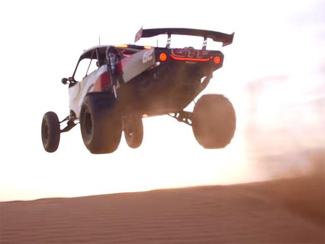 Choáng với màn biểu diễn xe buggy ngay giữa sa mạc