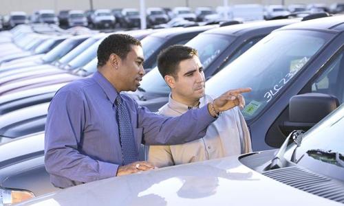 Nên tỏ thái độ khó chịu khi mua ôtô