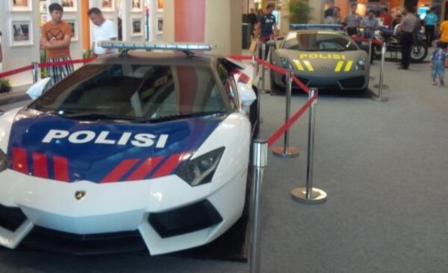 """""""Sốc"""" với cặp siêu xe cảnh sát ở Indonesia"""