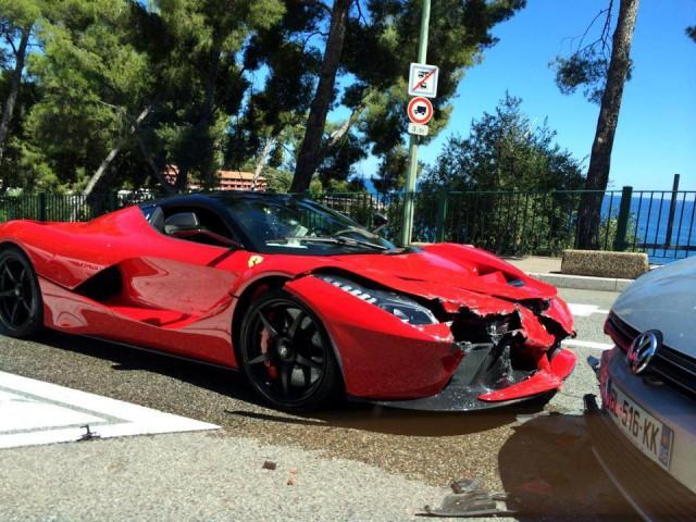 Siêu xe Ferrari LaFerrari đầu tiên lâm nạn