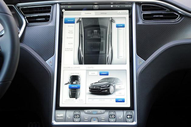 Hack xe Tesla, nhận ngay 10.000 đô