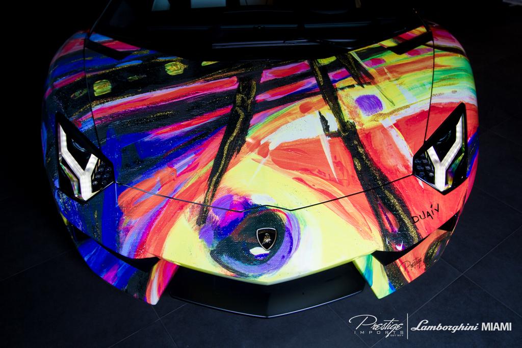 Vẽ tranh nghệ thuật trên siêu xe Aventador Roadster