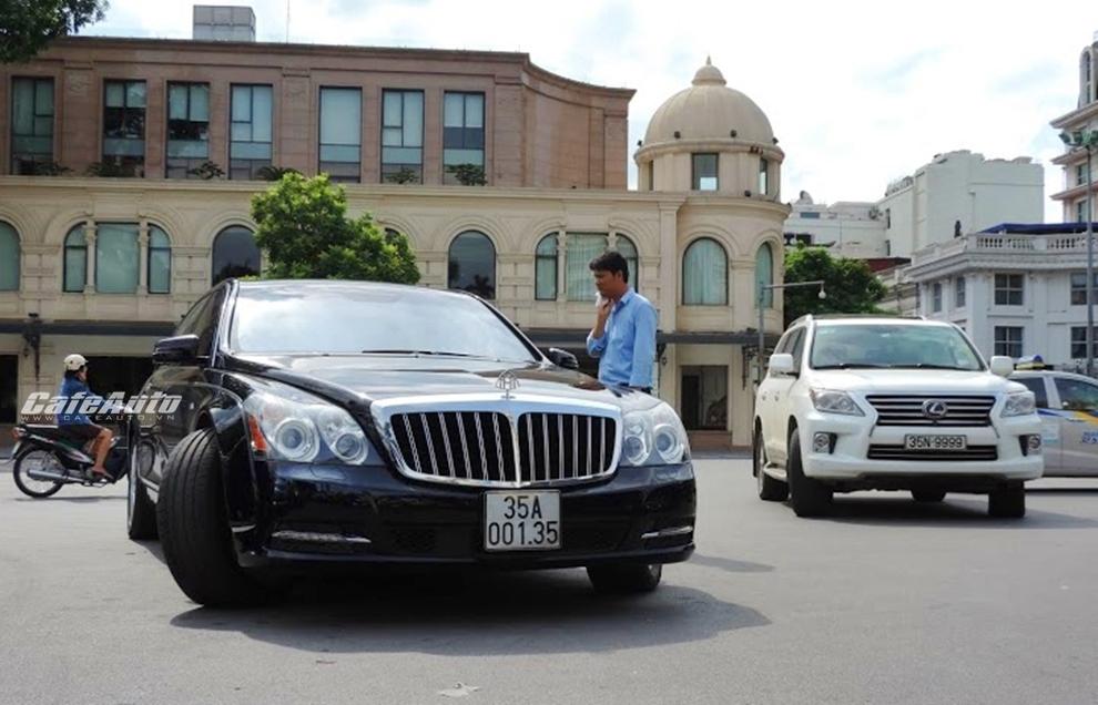 Cặp đôi xe sang Ninh Bình trên đường phố Hà Nội