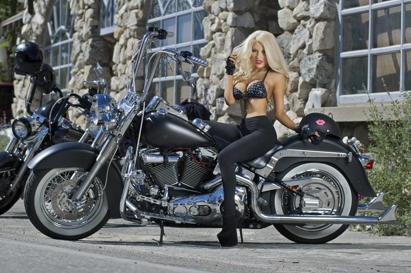 Người đẹp hờ hững vòng 1 bên Harley