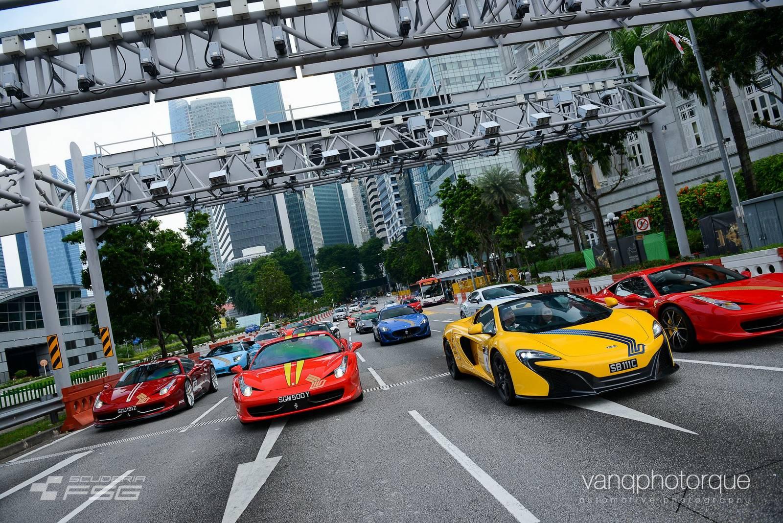 Đại gia Singapore khoe dàn xe hùng hậu trên phố