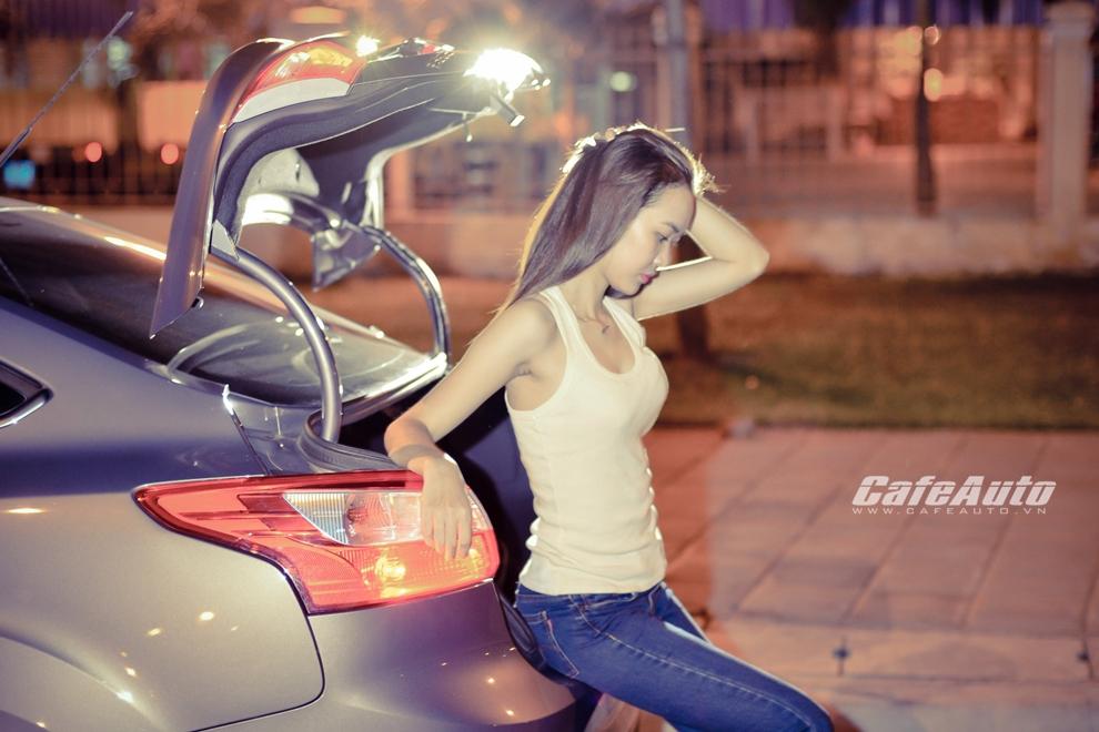 Thiếu nữ cá tính bên Ford Focus