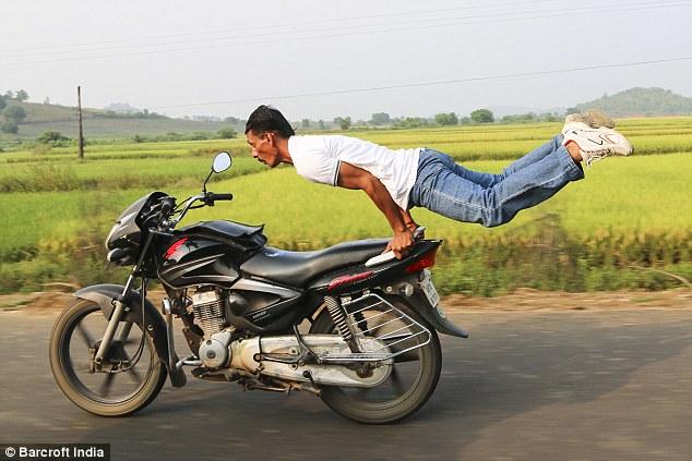 Sốc với sở thích tập yoga trên xe mô tô của người đàn ông 40 tuổi