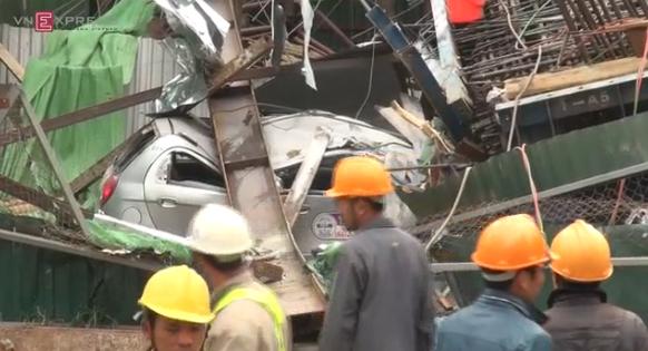 Video hot trong tuần: Giàn thép đường sắt sập, chôn vùi xe taxi ở Hà Nội